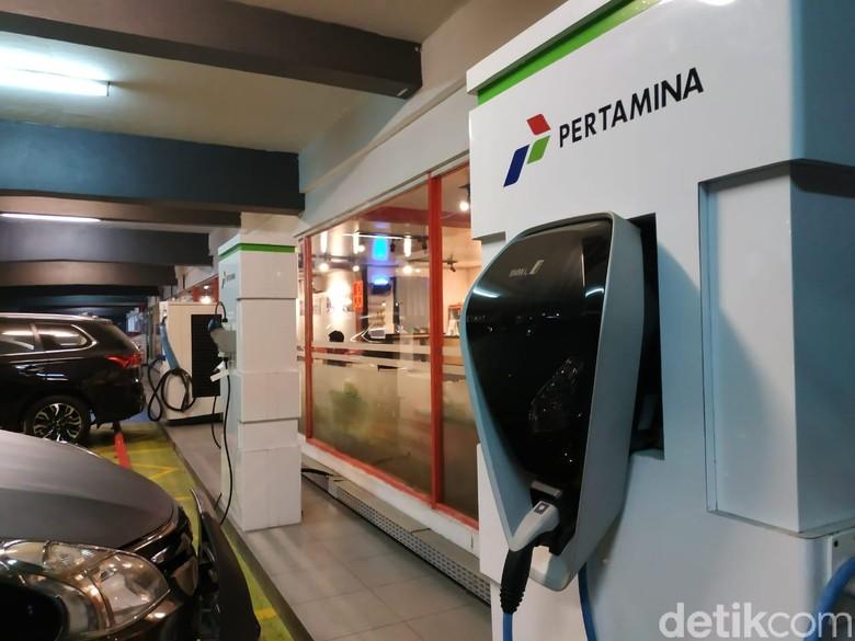 Ada penampakan baru saat berada di SPBU Coco Rasuna Said, Kuningan, Jakarta Selatan. Soalnya sudah terpasang 4 unit alat pengisian daya baterai untuk kendaraan mobil listrik di area parkir SPBU.