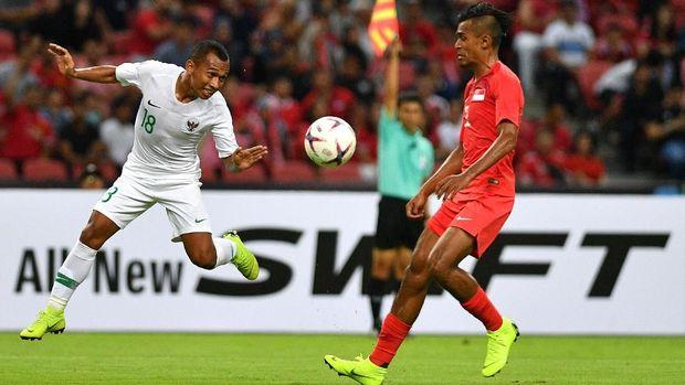 Irfan Jaya terperangkap offside dalam upaya mencetak gol balasan Timnas Indonesia ke gawang Singapura.