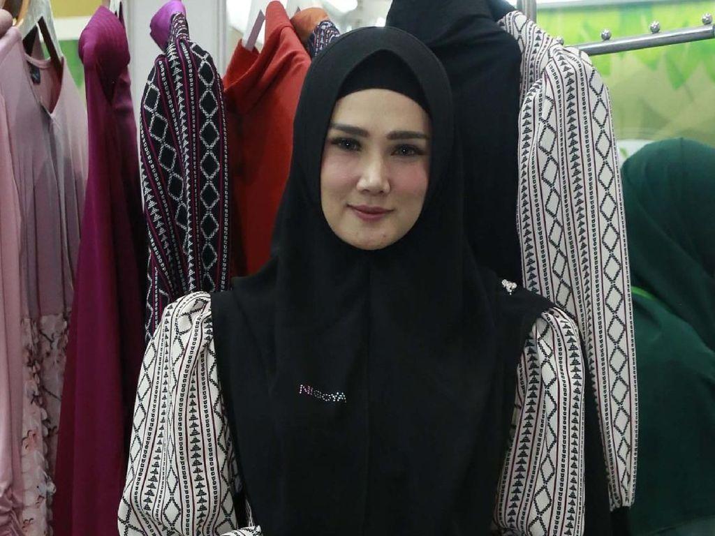 Pose Dua Jari, Mulan Jameela Makin Rajin Kampanye untuk Ahmad Dhani
