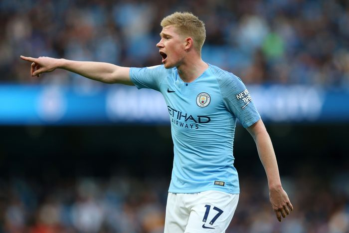 MANCHESTER, ENGLAND - OCTOBER 20:  Kevin De Bruyne of Manchester City gives his team instructions during the Premier League match between Manchester City and Burnley FC at Etihad Stadium on October 20, 2018 in Manchester, United Kingdom.  (Photo by Alex Livesey/Getty Images)