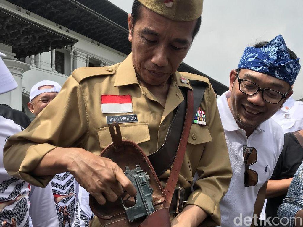 Usai Gowes, Jokowi Tunjukkan Pistol Replika di Tas ala Bung Tomo