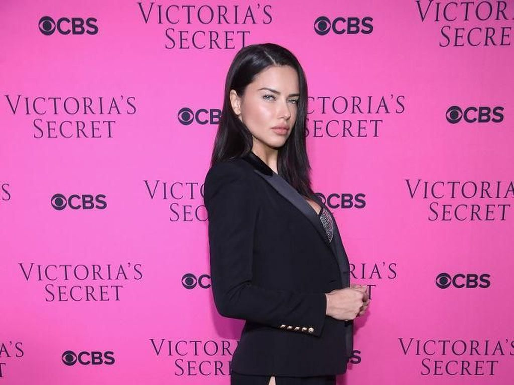 Momen Pensiun Adriana Lima dari Victorias Secret bersama Anak
