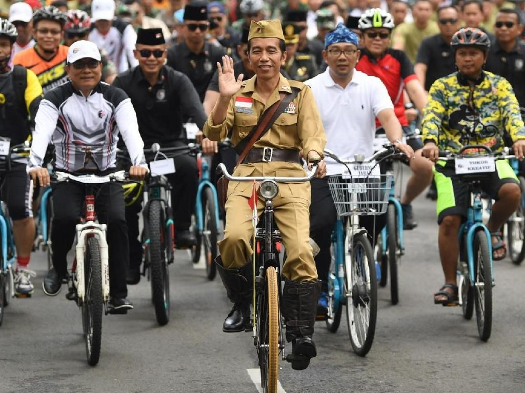 Gaya Jokowi Saat Berkeliling Kota Bandung dengan Onthel