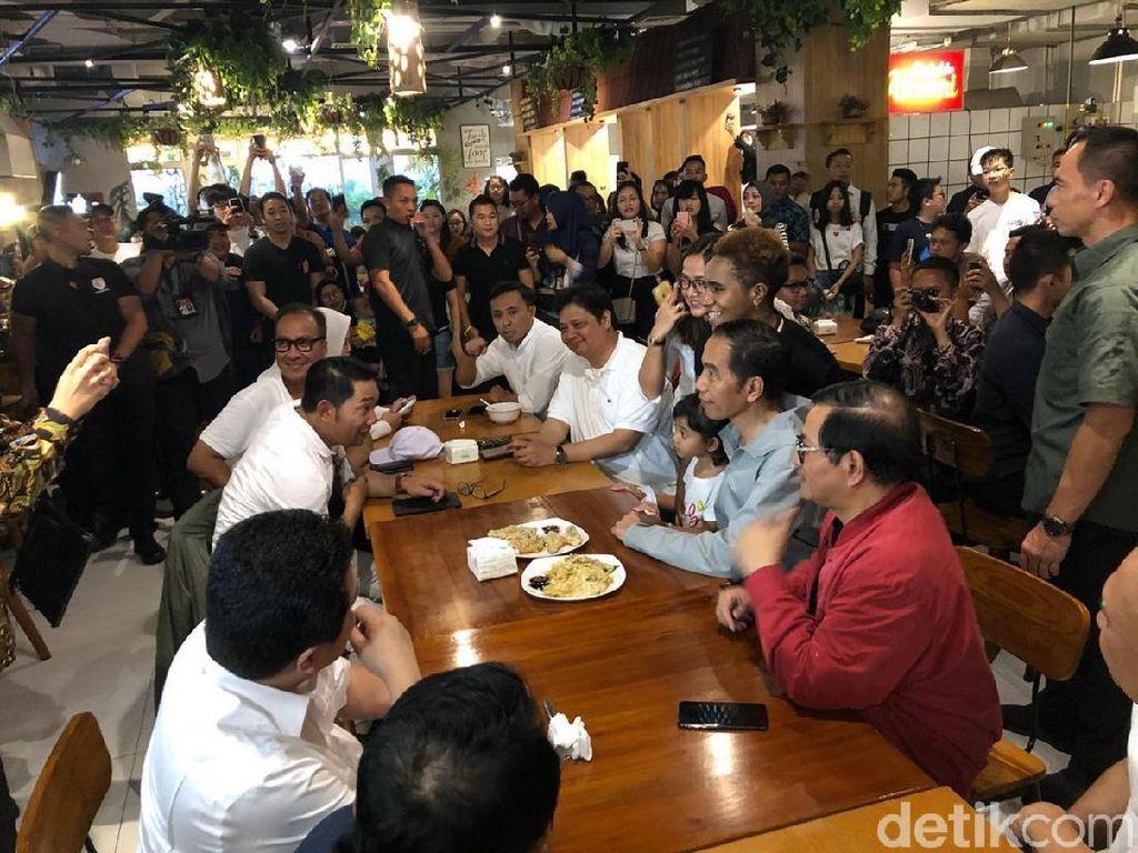 Jokowi Ngopi dan Makan Mendoan Sambil Ladeni Foto di Mal Bandung