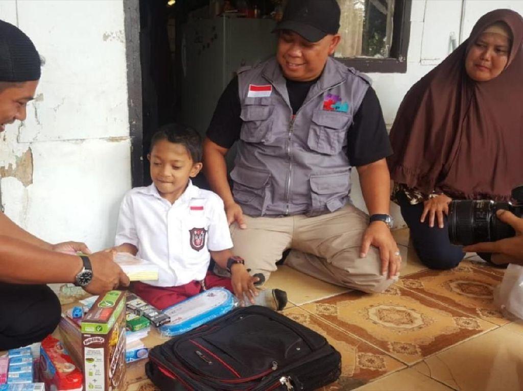 Hadiah Kecil untuk Adul Bocah yang Merangkak 3 Km ke Sekolah