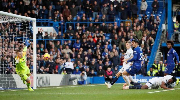 Jordan Pickford tampil brilian menepis bola-bola tendangan para pemain Chelsea. (