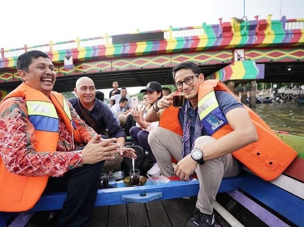 Blusukan ke Pasar Tradisional, Sandiaga Uno Cicip Kopi hingga Jajanan