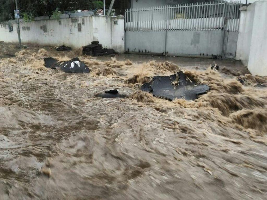 Banjir Genangi Sejumlah Ruas Jalan dan Pemukiman Warga Cimahi
