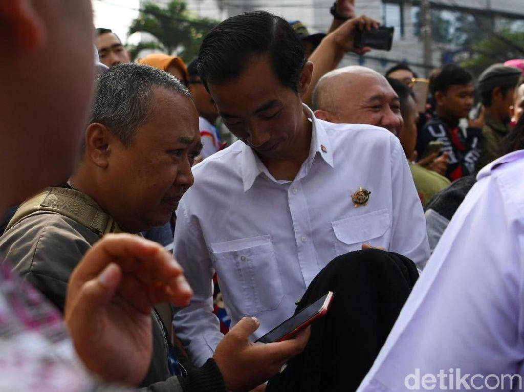 Jalan-jalan ke CFD Dago, Jokowi Bertemu Kembarannya