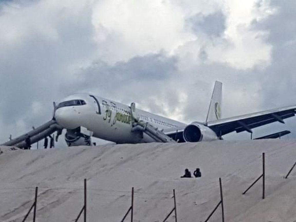 Pesawat Fly Jamaica Mendarat Darurat, 6 Orang Terluka
