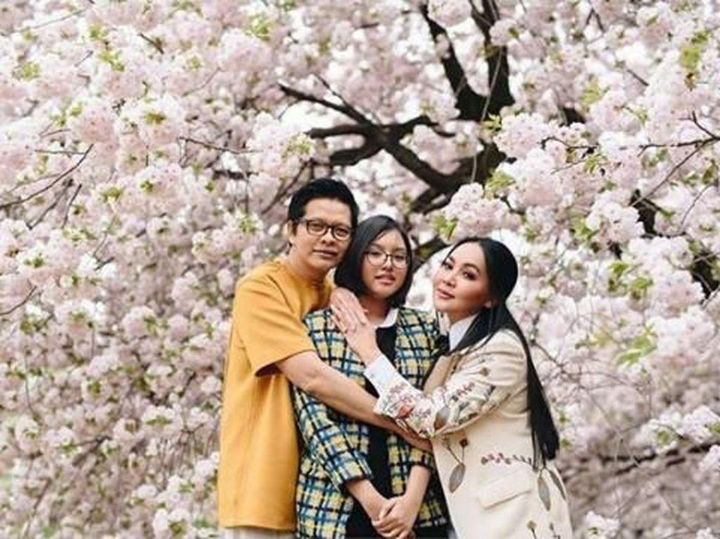 6 Potret Liburan Keluarga Armand Maulana dan Dewi Gita
