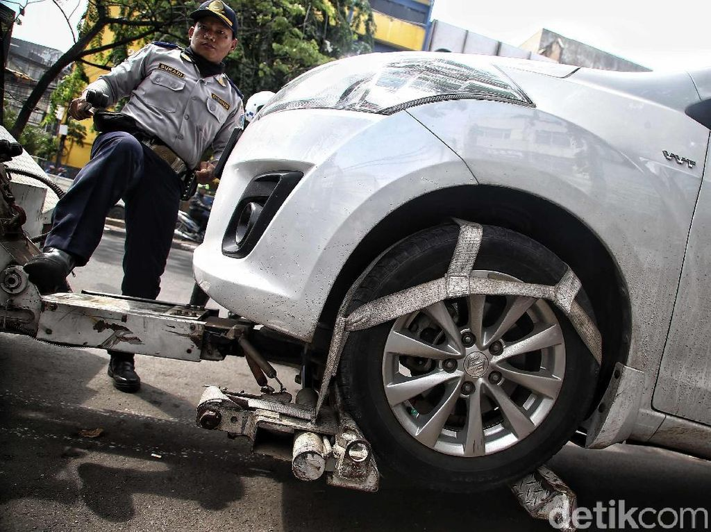 Parkir Sembarangan, Dishub Derek Mobil di Tamansari