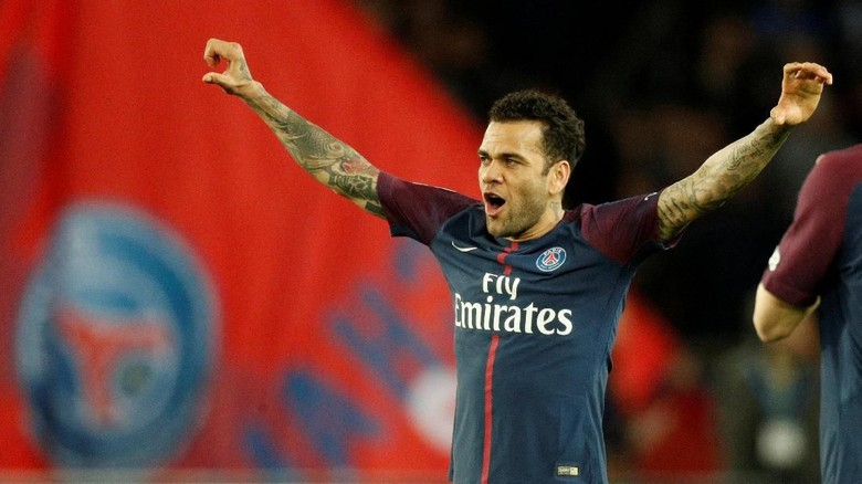 Dani Alves Ingin Jajal Premier League Sebelum Pensiun
