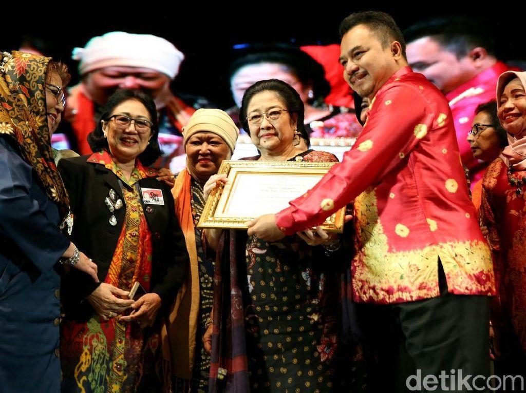 Megawati Terima Anugerah Lifetime Achievement Purna Paskibraka
