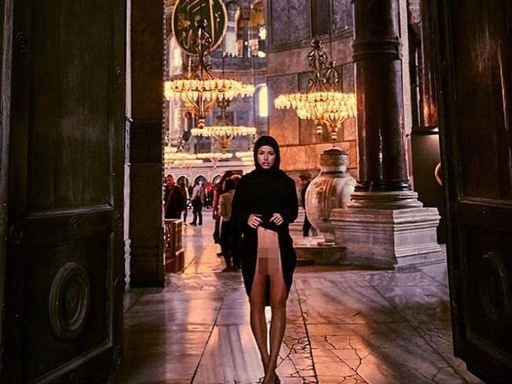 Traveling ke Turki, Model Playboy Ini Berpose Seronok di Masjid Hagia Sophia