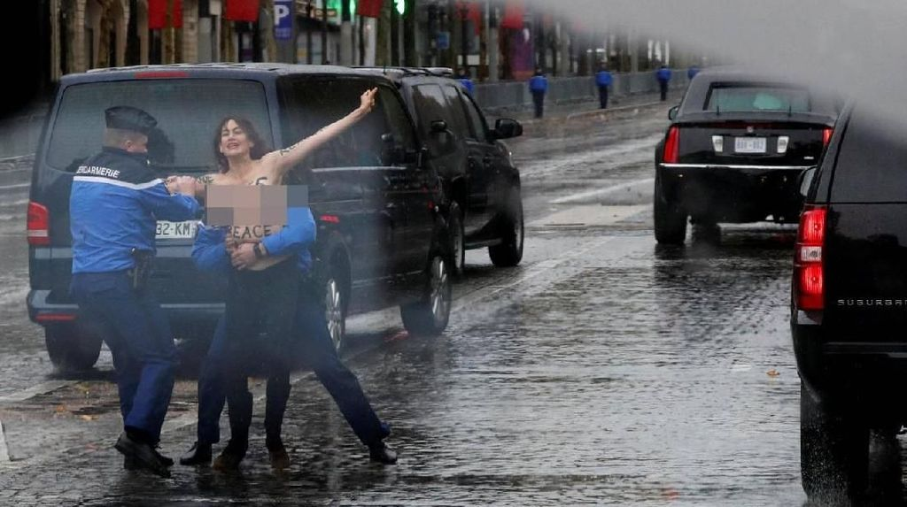 Demonstran Bertelanjang Dada Sambut Rombongan Trump di Paris