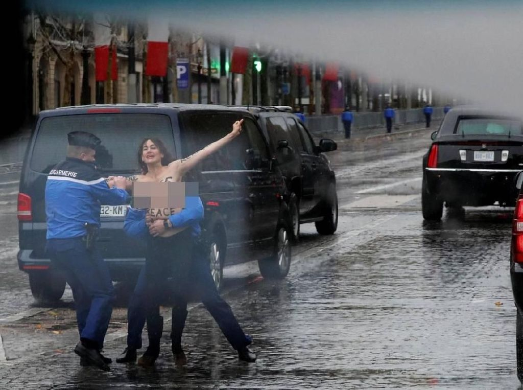 Video Rombongan Trump Dihadang Wanita Telanjang Dada di Paris