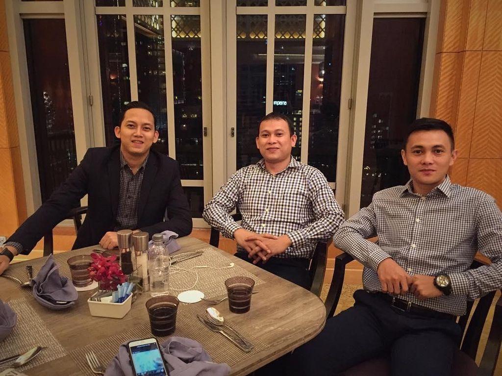 Pose Sespri Prabowo Saat Kulineran hingga 8 Penjual Makanan Ganteng