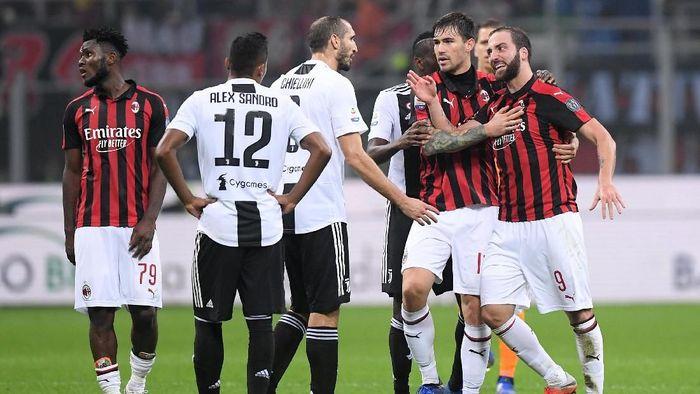 Gonzalo Higuain dikartu merah saat AC Milan dikalahkan Juventus (Foto: Alberto Lingria/Reuters)