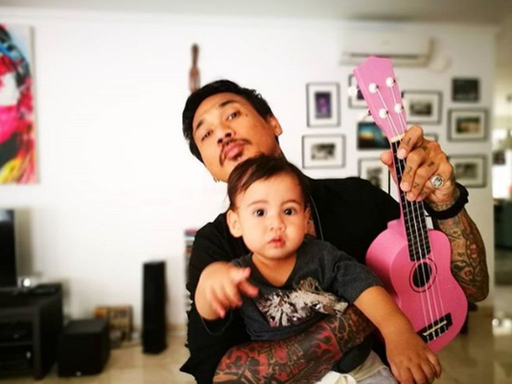 Kedekatan Drummer Superman Is Dead Jerinx dengan Anak-Anak