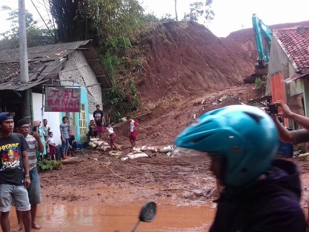 Petugas Bersihkan Lumpur yang Tutup Jalur Bandung-Jakarta