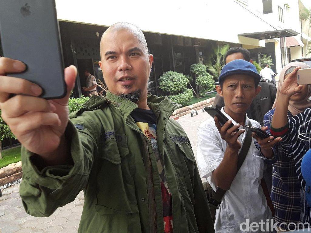 Ditemani Dul, Dhani Datang ke Polda Jatim Serahkan Barang Bukti