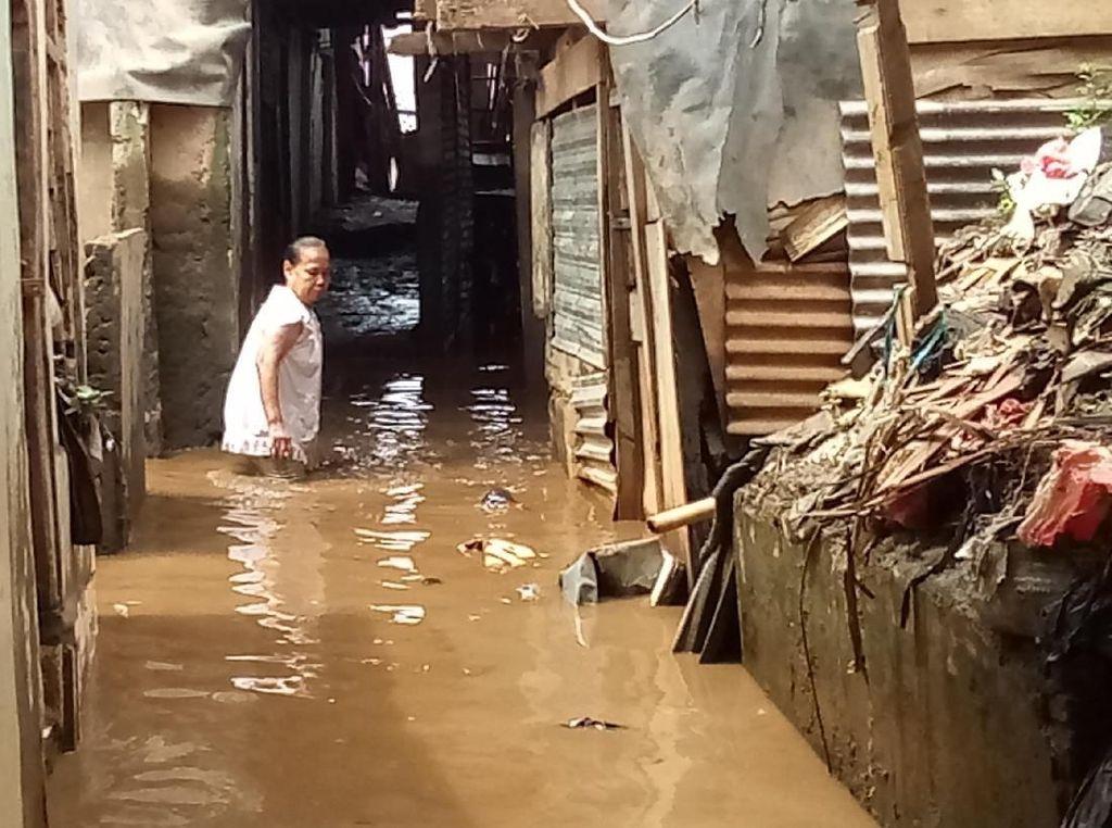 Airnya Keruh, Begini Penampakan Sisa Banjir Kampung Melayu
