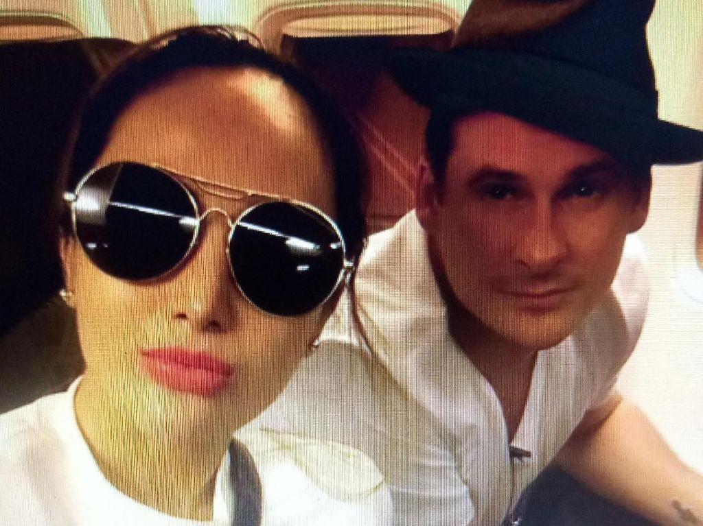 Rezeki Nomplok! Cinta Ratu Nggak Nyangka Satu Pesawat dengan Lee Ryan Blue
