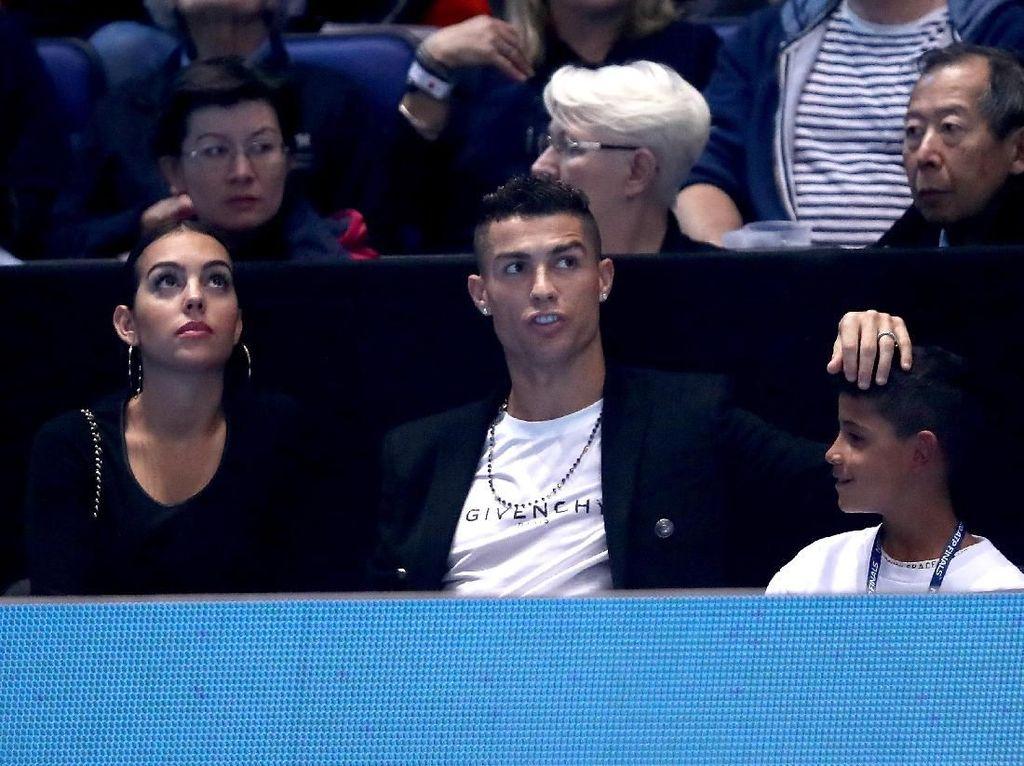 Asyiknya Ronaldo Nonton Tenis Bersama Keluarga
