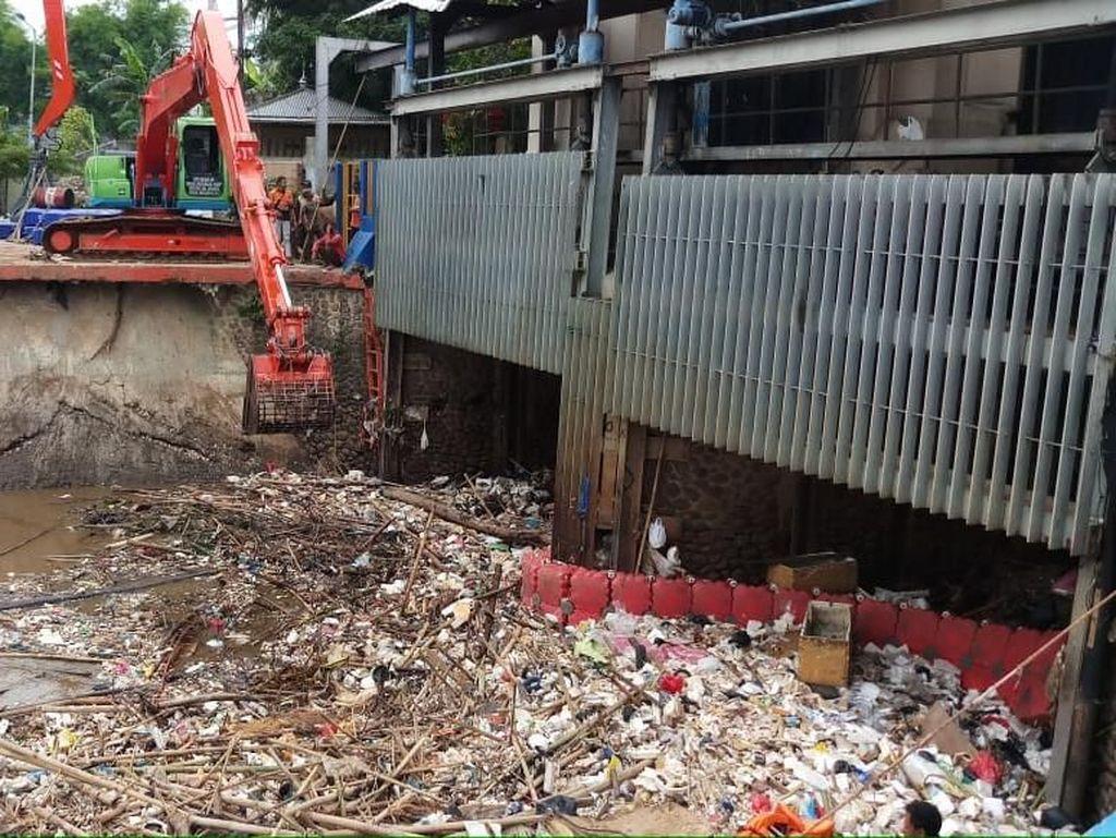 Petugas Angkut Sampah yang Menumpuk di Pintu Air Manggarai