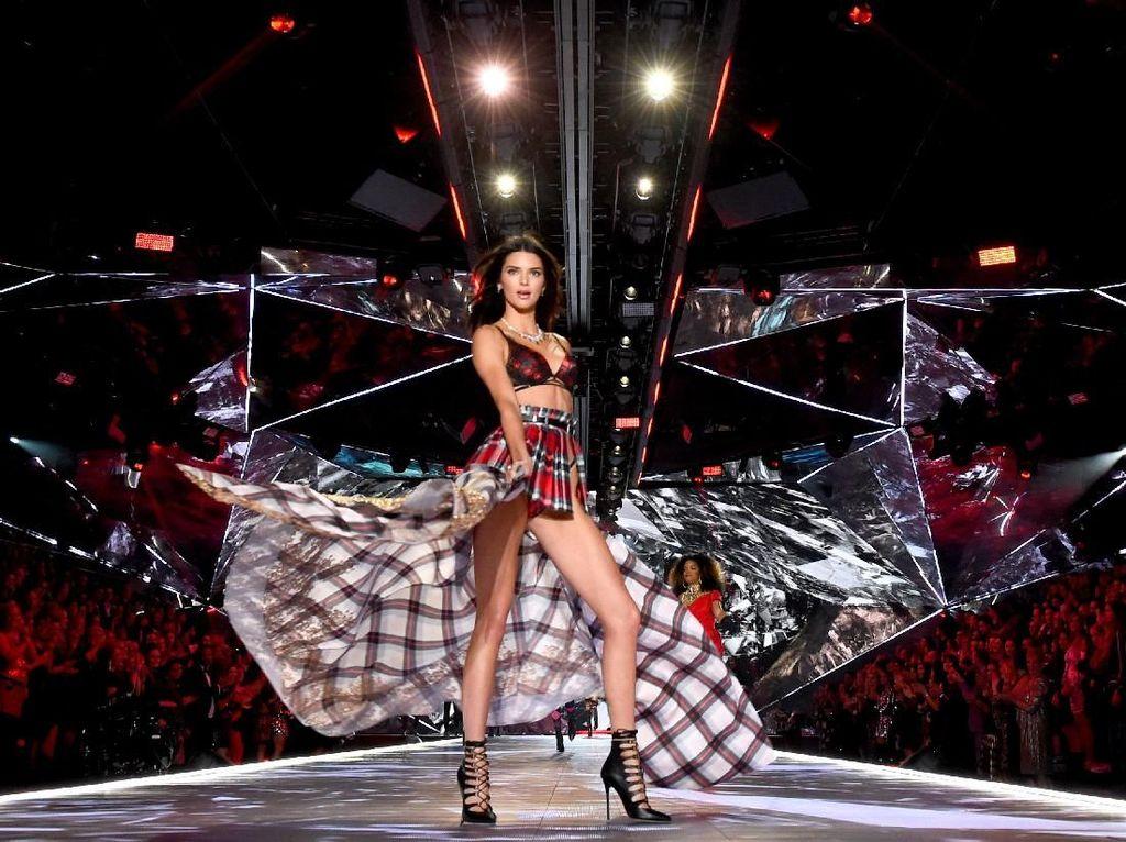 Gaya Seksi Model Pakai Lingerie Sarung di Fashion Show Victorias Secret