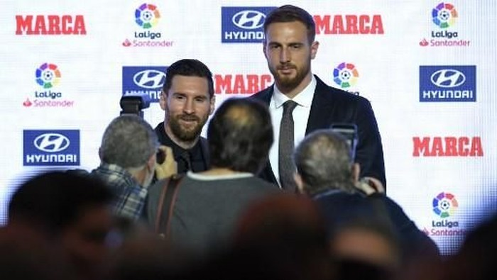 Barcelonas Argentinian forward Lionel Messi (L) poses with Atletico Madrids Slovenian goalkeeper Jan Oblak during the presentation of the Football Marca Awards in Barcelona on November 12, 2018. (Photo by LLUIS GENE / AFP)