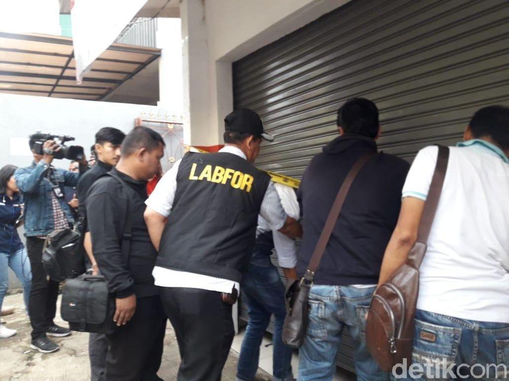 Tim Puslabfor Cek Rumah Korban Pembunuhan Keluarga di Bekasi