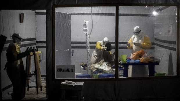 Health workers treat an unconfirmed Ebola patient, inside a MSF (Doctors Without Borders) supported Ebola Treatment Centre (ETC) on November 3, 2018 in Butembo, Democratic Republic of the Congo. - The death toll from an Ebola outbreak in eastern Democratic Republic of Congo has risen to more than 200, the health ministry said on November 10, 2018. (Photo by John WESSELS / AFP)