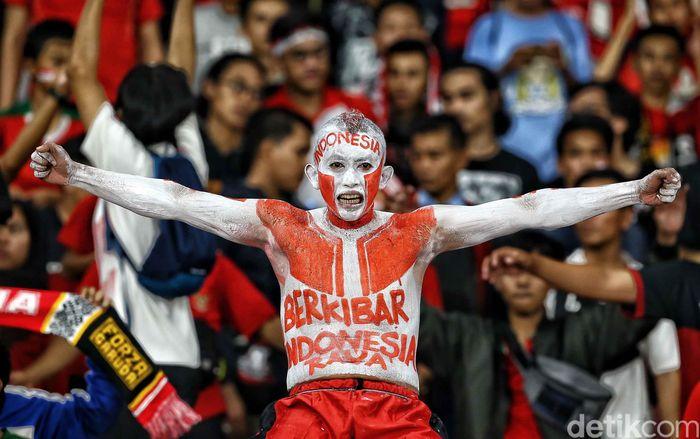 Suporter timnasdatang dengan beragam gaya saat Indonesia menjamu Timor Leste di matchday kedua Grup B Piala AFF 2018. Salah satunya mengecat badannya dengan warna merah dan putih.