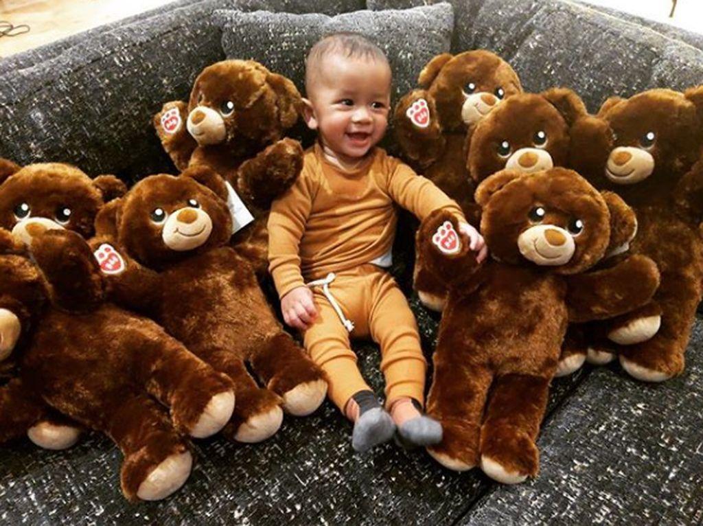8 Foto Cute Anak Bungsu John Legend dan Chrissy Teigen, Miles
