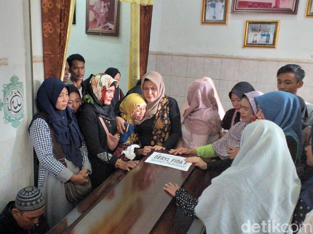 Duka Keluarga Sambut Kedatangan Jenazah Deryl Korban Lion Air