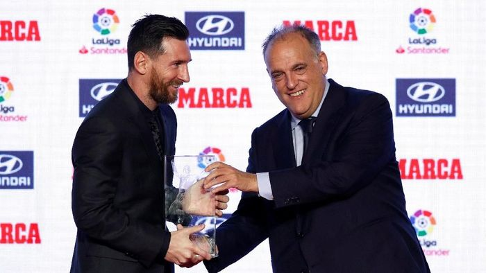 Soccer Football - Marca Football Awards - Convent Dels Angels, Barcelona, Spain - November 12, 2018   La Liga President Javier Tebas presents Barcelonas Lionel Messi with the Alfredo Di Stefano Award     REUTERS/Albert Gea