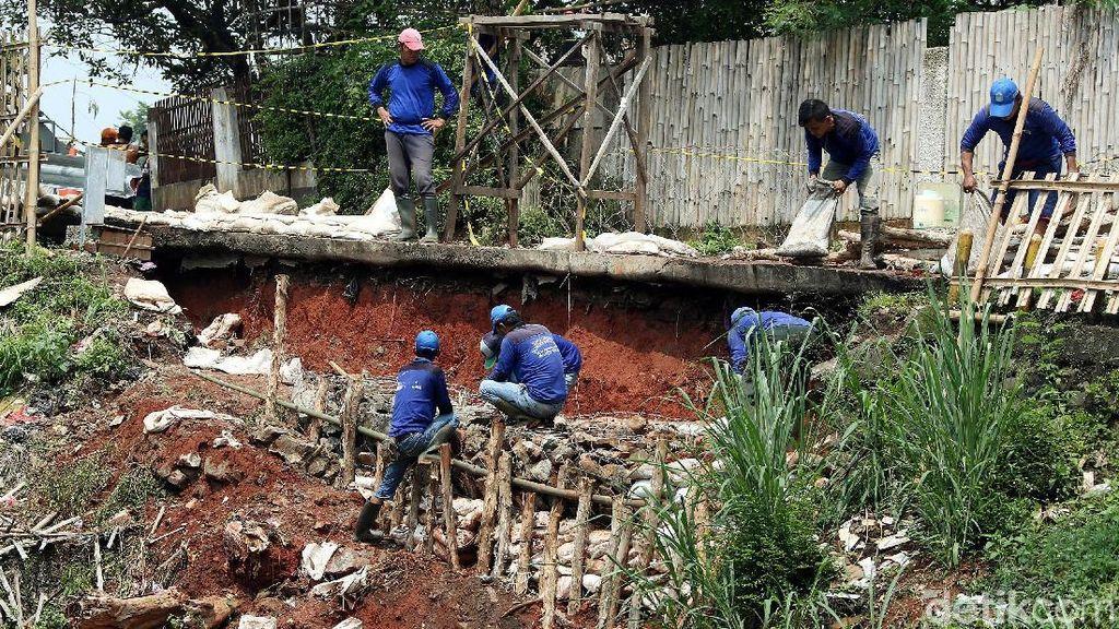 Puluhan Petugas Kebut Perbaikan Longsor di Setu Cipayung