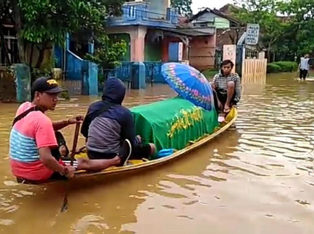 Video Jenazah Dinaikkan ke Perahu, Terobos Banjir Bandung