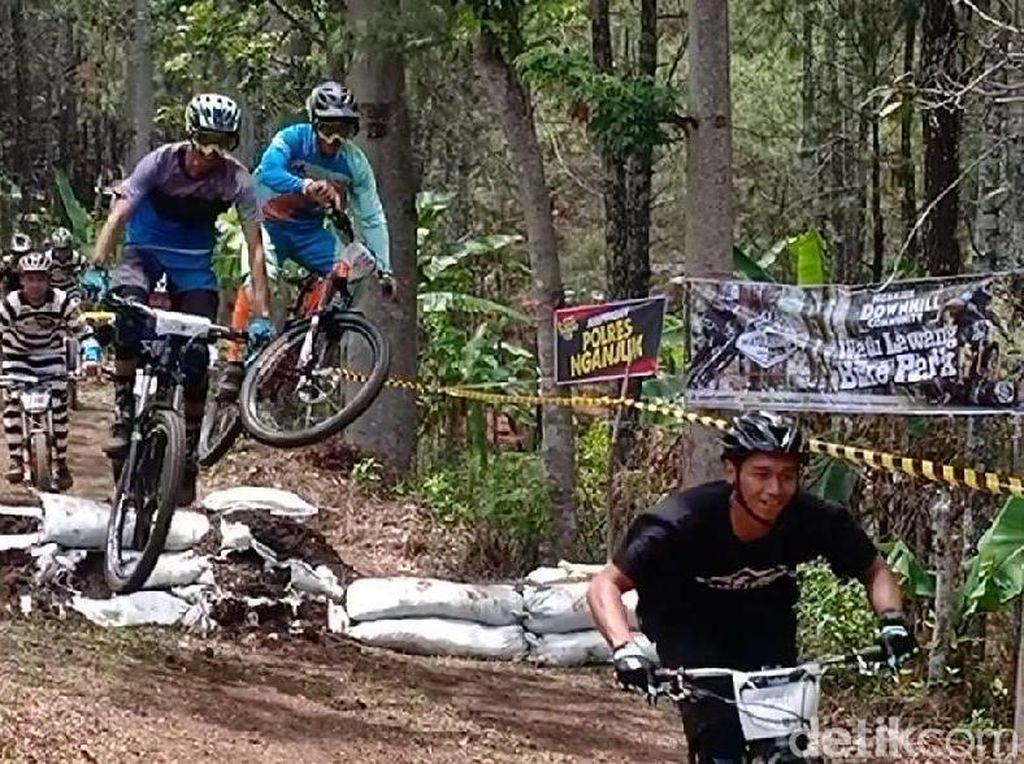 Foto: Air Terjun Sedudo Punya Wisata Sepeda Ekstrem