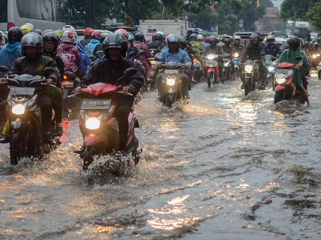 Pemotor Dihimbau Jangan Angkat Kaki Saat Terjang Banjir