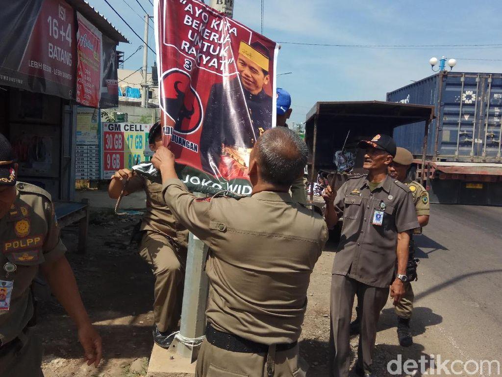 Bawaslu Tertibkan Poster Bergambar Jokowi di Maros