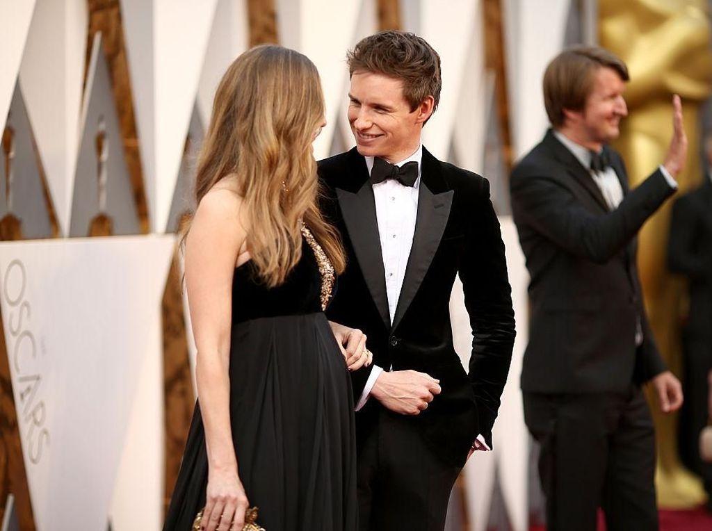 Potret Romantis Pemeran Utama Fantastic Beasts 2 dan Istri