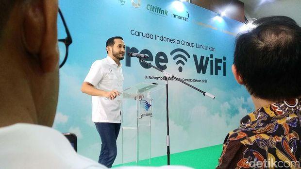 Bolehkah Menyalakan Ponsel dan WiFi di Pesawat? Ini Jawabannya
