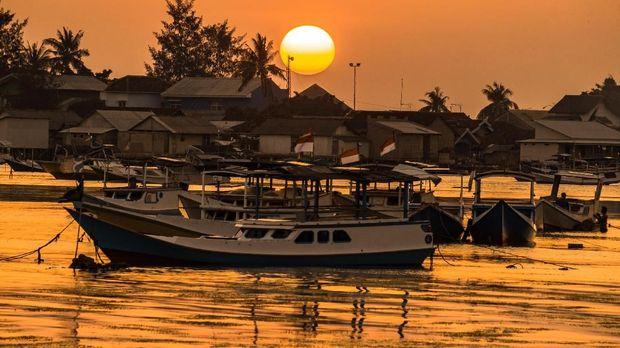 Sejumlah perahu nelayan bersandar seusai melaut di tepi pantai Pelabuhan Karimunjawa, Jepara, Jawa Tengah. ANTARA FOTO/Aji Styawan
