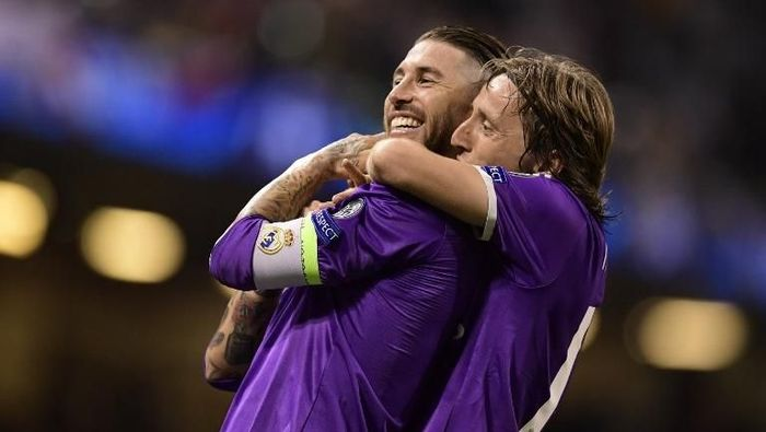 Luka Modric membela Sergio Ramos dari kritik Dejan Lovren. (Foto: Javier Soriano/ AFP Photo)