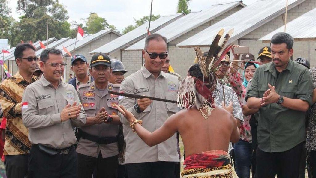 Momen Mensos Sambangi Komunitas Adat Terpencil di Kalbar