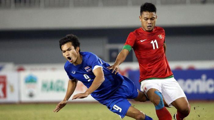 Adisak Kraisorn saat berhadapan dengan Indonesia di final SEA Games 2013 (Stanley Chou/Getty Images)