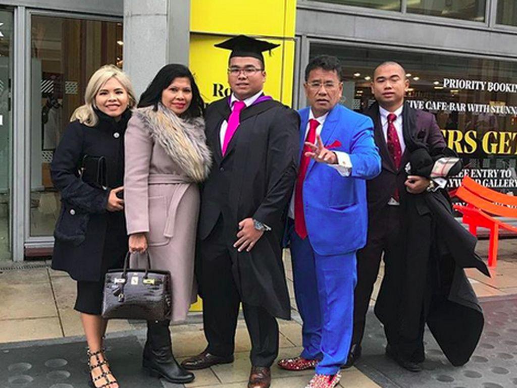 Tangis Haru dan Bangga Hotman Paris Hutapea saat Kelulusan Anaknya